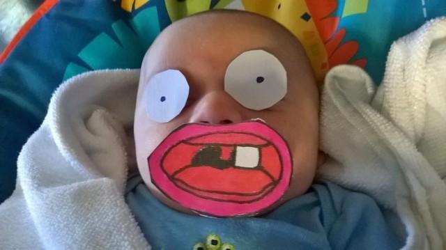 Я сидел с ребенком, и, когда он наконец уснул, я отправил жене такое фото, чтобы показать, как он выглядел до этого
